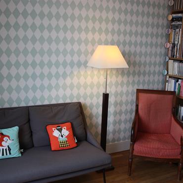 Un salon aux accents scandinaves grâce à ce joli papier peint venu du Nord!