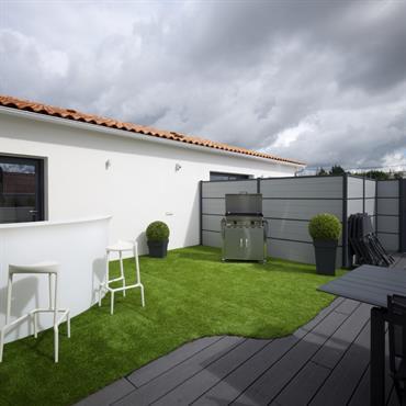 La grande terrasse , son espace plancha et son bar lumineux.