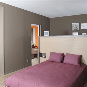 Tête de lit sur mesure avec des niches encastrées.