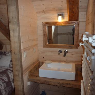 Coin lavabo dans chambre sous les toits