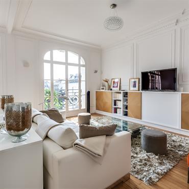 Appartement haussmannien décoré dans un style contemporain avec des meubles design bas.