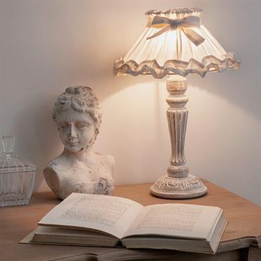 Cette lampe en bois est ornée d'un abat-jour blanc volanté dans le bas. Décorée d'un joli nœud, cette lampe de chevet est montée sur un pied en bois légèrement blanchi. ...
