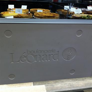 Habillage de la devanture d'une banque réfrigérée de présentation de pâtisseries