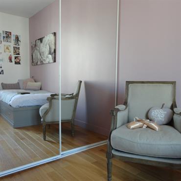 Mur rose poudré pour une ambiance romantique de chambre de jeune fille