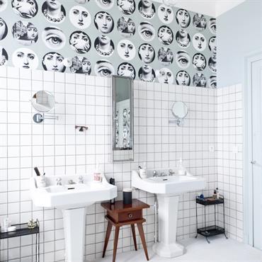 Salle de bain moderne blanche. Les cadrages sur les visages apportent une note d'humour.
