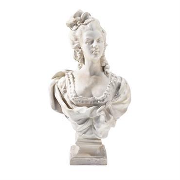 Ce joli buste de femme transporte votre intérieur dans une autre époque. Travaillée avec finesse, cette statue classique trouvera sa place sur une console ou une commode dans votre ambiance ...
