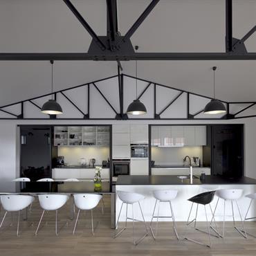 La cuisine et la zone repas  avec les portes coulissantes en position ouverte