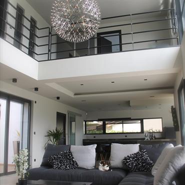 Salon lumineux ; spacieux ; grande hauteur sous-planfond