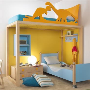Ambiance dinosaures dans cette chambre mixte bleue et jaune avec lit mezzanine , deuxième lit en bois bleu et des rangements pratiques comme le caisson tiroirs et les étagères