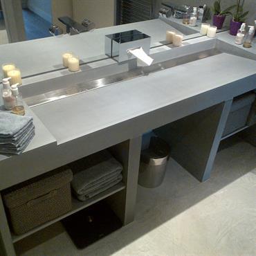 Ensemble de salle de bain, avec vasque en Beton Lege® et étagères de rangements.