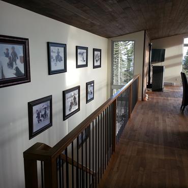 Couloir moderne lumineux. Bois au sol et plafond, murs blancs