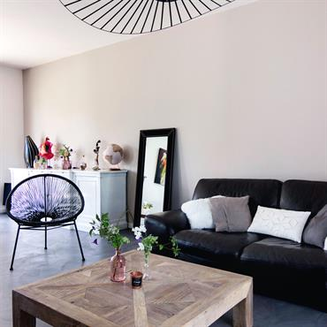 Salon authentique et contemporain avec lampe design