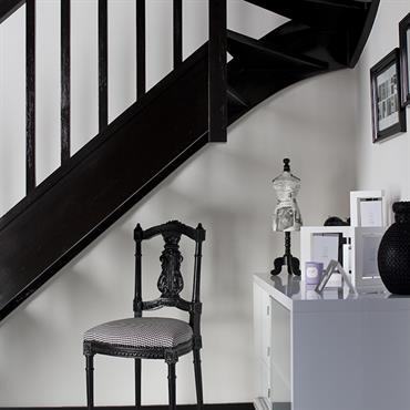 Ambiance BLACK & WHITE pour cet escalier en hêtre, laqué en noir pour lui donner une allure graphique, chaise de style laquée noire avec tissu pied de poule noir et ...