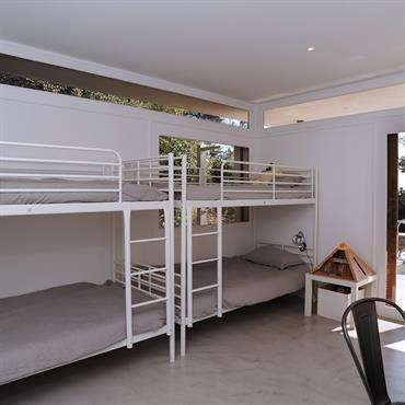 Deux lits superposés dans une chambre d'enfant