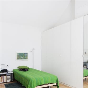 Chambre d'enfant contemporaine. Le vert est mis en exergue par la dominante de blanc.