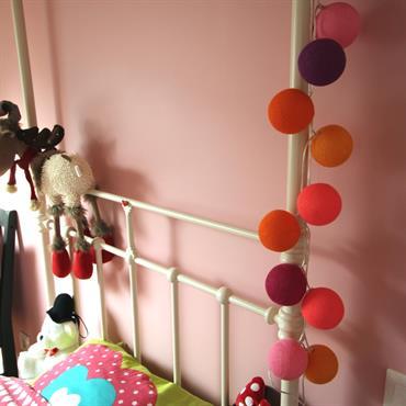 Le rose peint sur deux pans de mur de la seconde chambre est bousculé par quelques touches de couleur aux accents plus bohème pour la grande sœur très dynamique