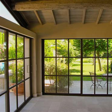 Modernisation d'une maison de campagnarde avec ces baies vitrées en métal - Vue intérieure
