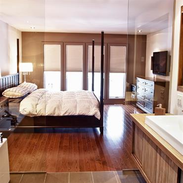 Suite parentale lumineuse. Salle de bain vitrée, parquet, tons beige, taupe, marron, blanc