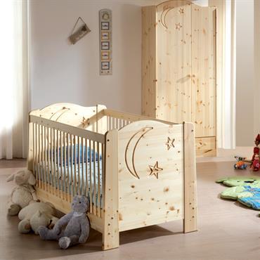 Chambre de bébé toute douce en pin massif vernis avec lit bébé à barreaux et armoire assortie.