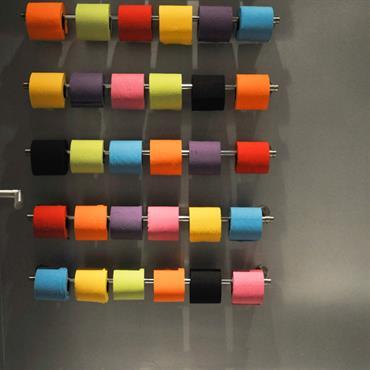 Décoration murale avec des rouleaux de papier de couleurs différentes