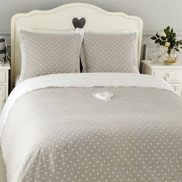 Enveloppez votre chambre de fraîcheur avec la parure Douceur 240x220. Cette parure coton grise à pois se compose d'une enveloppe de couette et 2 taies d'oreiller. Sublimée par un cœur ...