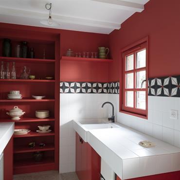 Cuisine modernisée en rouge dans vieille maison de campagne