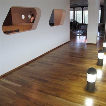 Couloir avec bornes lumineuses au sol