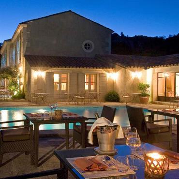 Terrasse d'un hôtel de charme avec piscine