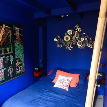 Murs et plafond bleus pour une immersion totale dans une ambiance marine relaxante