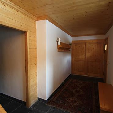 Couloir en murs blancs et lambris
