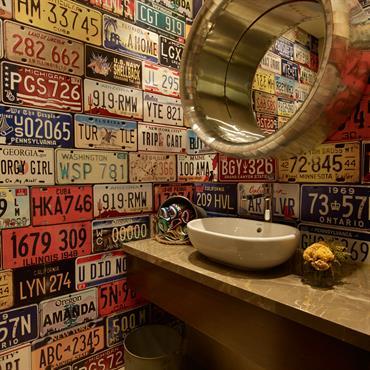 Une salle de bain en ancienne plaque d'immatriculation