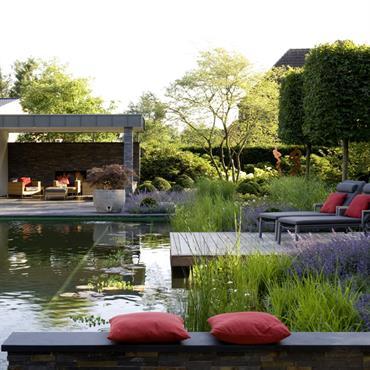 Ce jardin de la société de paysagisme Bahl présente une baignade écologique avec la toute dernière technique. Le jardin est une veritable oeuvre d'art qui allie design, matériaux de qualité ...