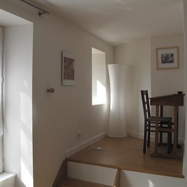Bureau installé sur la mezzanine surplombant le salon