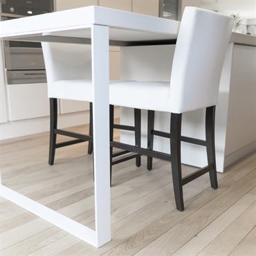 Espace repas pour deux personnes dépendant de l'ilot. Parquet en chêne clair, Table et pieds de table en corian. Assises et dossiers de chaises en revêtement textile, pieds en bois ...