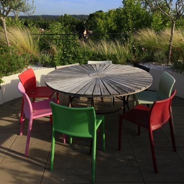 Ambiance pop et contemporaine donnée à la terrasse grâce à la conception harmonieuse entre des éléments graphiques comme les graminées et le choix de la couleur blanche pour les jardinières ...