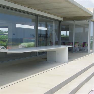 Table extérieure en béton fibré haute performance massive. Avec 5100mm de longueur, 1100mm de largeur, un porte à faux de 3600mm de long et des arrêtes périphériques en 20mm d'épaisseur. ...