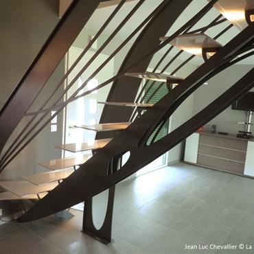 Cet escalier design en acier d'inspiration Art Nouveau est une création de Jean Luc Chevallier pour La Stylique.