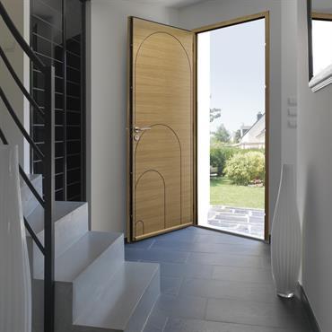 Une porte pour toute la famille avec des lignes graphiques qui donnent l'impression qu'elle a été faite sur-mesure pour chaque membre de la famille, du plus petit au plus grand. ...