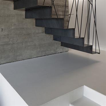 Escalier en tôle d'acier pliée