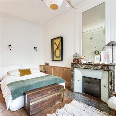Chambre authentique avec cheminée en marbre marron et coffre rustique