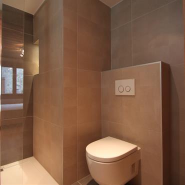 Salle de bain, grands carreaux gris foncé