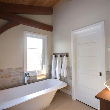 Salle de bain  avec poutres apparentes