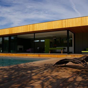 Maison moderne lambrissée avec piscine et terrasse