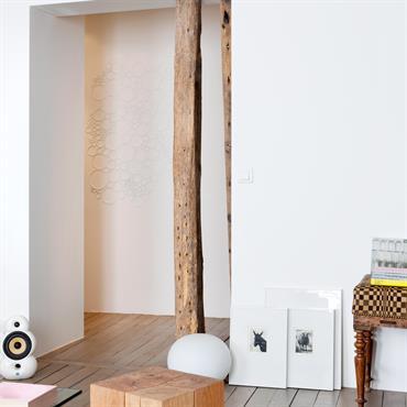 Mariage du vieux bois et du design dans le couloir