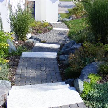 Escalier 'découverte' Marches et granit et pavés en basalte