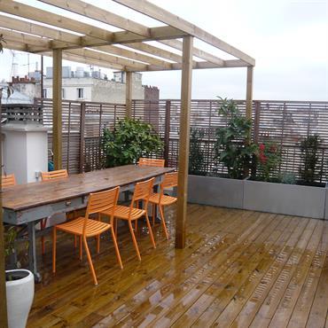 Terrasse en bois, pergola et claustra.