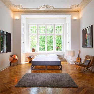 Chambre lumineuse avec parquet et moulures