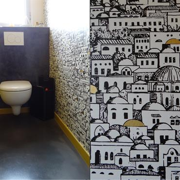 Toilettes modernes avec papier peint imprimé