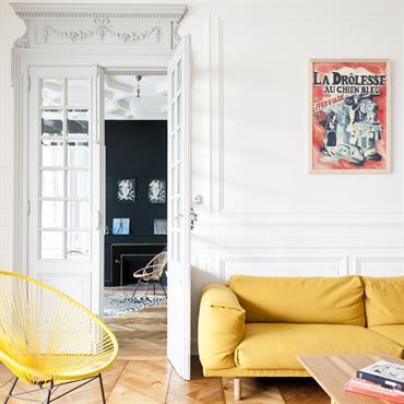 Fauteuils et canapés modernes dans un appartement haussmannien.