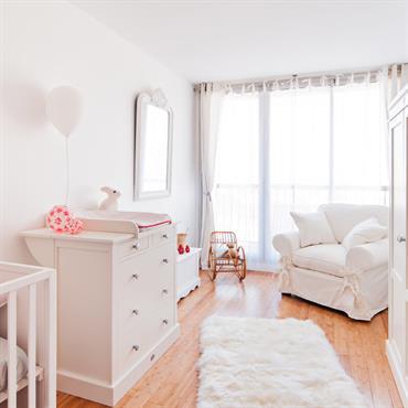 Effet cocon avec des tons tout doux et des meubles en bois peint pour la chambre de bébé.